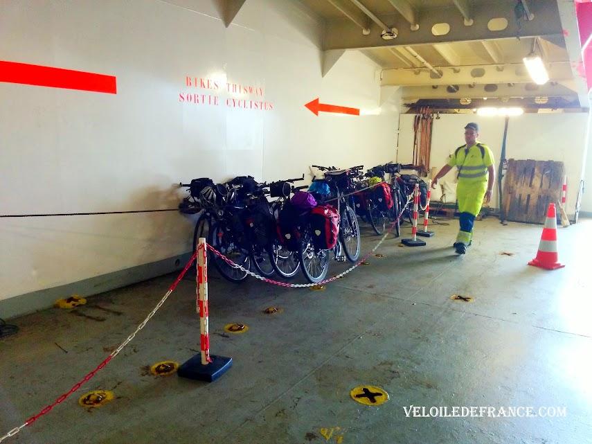 Vélos attachés par une corde dans le ferry Transmanche ferry - Paris Londres à vélo par veloiledefrance.com