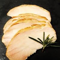 【田中精肉店の国産鶏】ムネ肉を1枚まるごと使って焼き上げました。杉板の上で焼くことで直火は当たらず、板を通した間接熱と杉の煙の熱でゆっくりと熱を通します。しっとりとした食感と塩味で、冷やして食べても柔らかく、サラダにのせたり、パンにはさむのもおススメです。