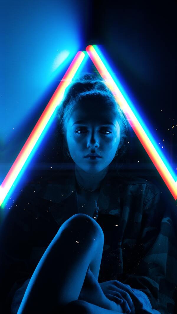 mulher branca com uma foto editada estilo neon