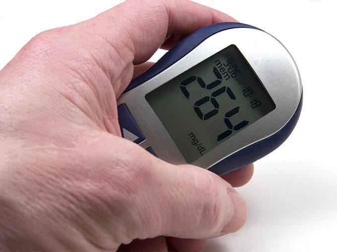 Die konsequente Kontrolle des Blutzuckerspiegels kann einem hyperosmolaren Koma vorbeugen.