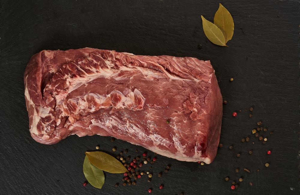 A carne é um dos alimentos mais consumidos pelos brasileiros. (Fonte: Shutterstock/OlegRi/Reprodução)
