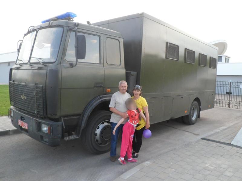 Фотография памяти родственников Игоря Запалуха у автозака возле ВВЦ БелЭкспо.