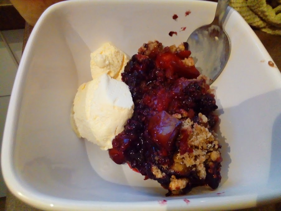 blackberry-crumble-with-ice-cream