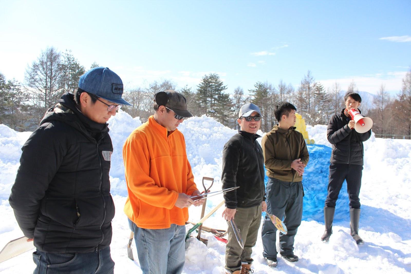 画像に含まれている可能性があるもの:1人、スマイル、立ってる、空、木、子供、雪、屋外、自然