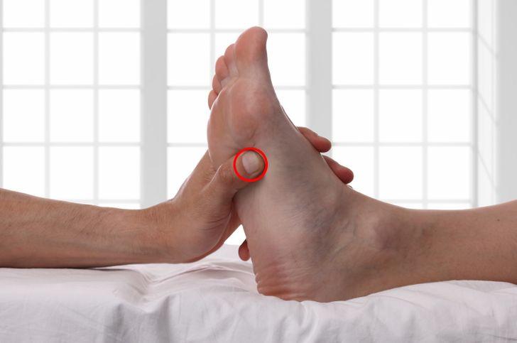 8 puntos de presión para dormir que apagarán tu mente inquieta 3