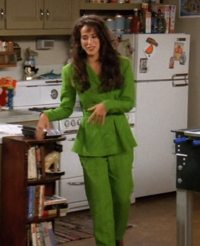 הסטייל של ג'אניס שלובשת חליפה בסדרה חברים בנטפליקס