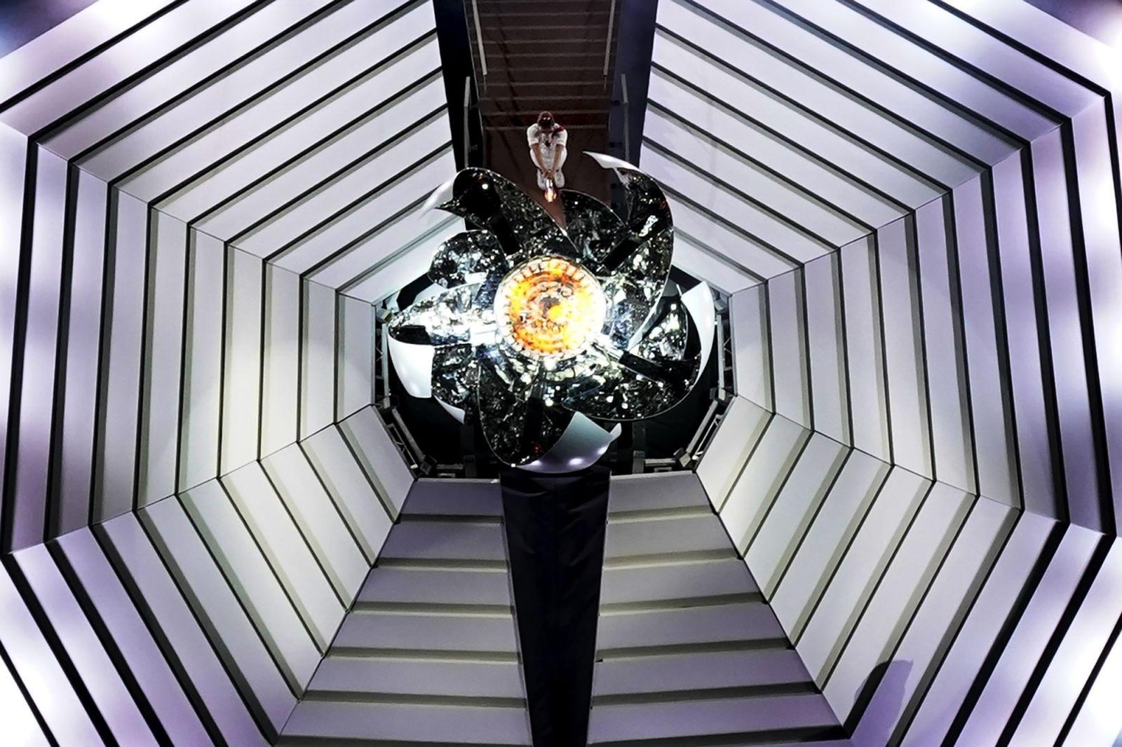 Quang cảnh từ trên cao của Osaka thắp sáng chiếc vạc. Chiếc vạc được thiết kế theo hình một bông hoa anh đào.Morrow Gash / AP