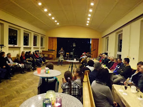 Gut gefüllte Aula in Erwartung des Konzertes. (Bild © schuletantow.de)