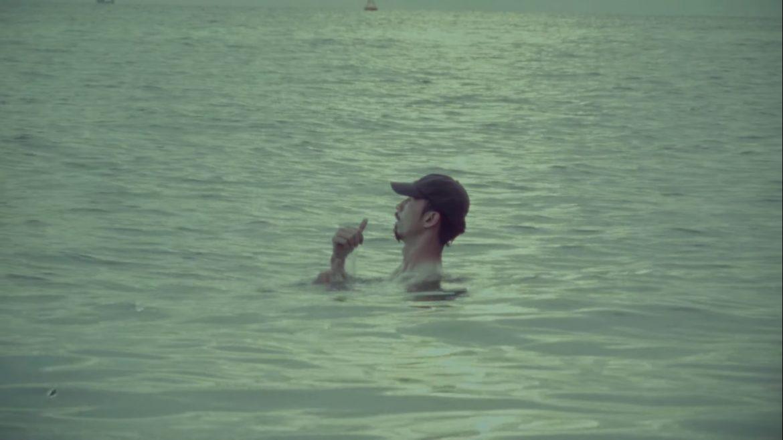 """Sài Gòn """"bơi"""" trong nước, Trấn Thành thích thú khi thấy Đen Vâu ngồi máy bay hát hò: Biết trước bị lũ hay gì?"""