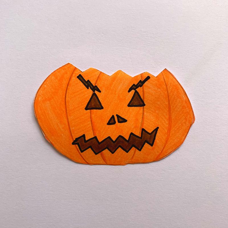 citrouille d'Halloween avec visage découpé
