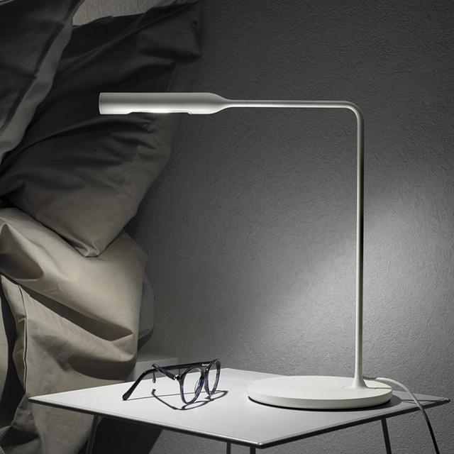 1. Mẫu đèn ngủ để bàn với kiểu dáng thiết kế thanh mảnh, nhỏ nhắn rất phù hợp với phong cách tối giản luôn hướng tới của mọi căn phòng ngủ.