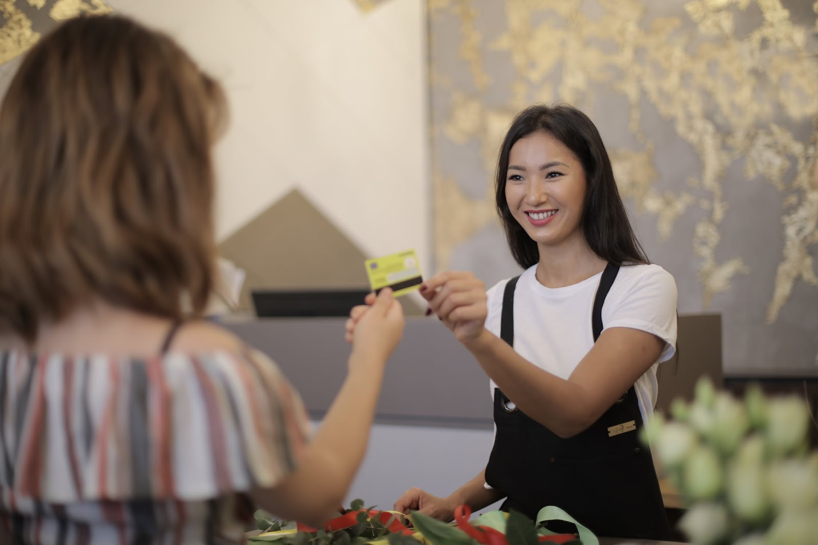 Mulher fazendo uma compra com cartão de crédito