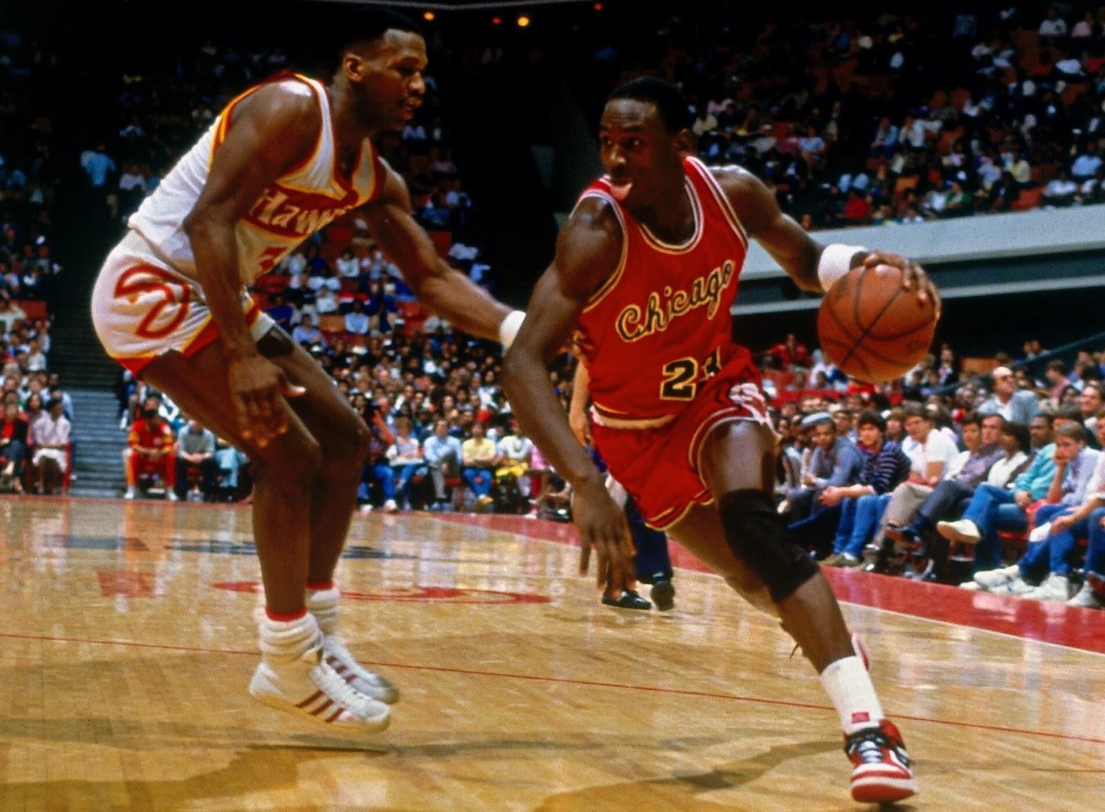 """Mùa hè năm 1985, Jordan hoàn thành mùa giải bóng rổ chuyên nghiệp đầu tiên với Chicago Bulls với danh hiệu """"Tân binh của năm"""