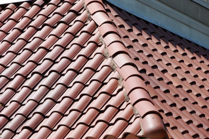 https://upload.wikimedia.org/wikipedia/commons/9/9d/Roof-Tile-3149.jpg