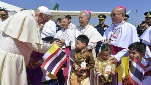PHỎNG VẤN RIÊNG: Đức Hồng y Kovithavanij của Bangkok: 'Đức Thánh Cha Phanxico cho chúng tôi thấy tình yêu của Thiên Chúa dành cho chúng tôi' (trên chuyến bay giáo hoàng)