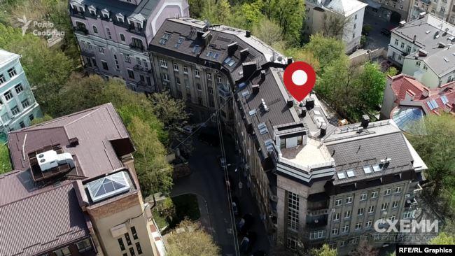 Будинок на Круглоуніверситетській зведений у стилі сталінського неокласицизму, всього на три десятки просторих квартир