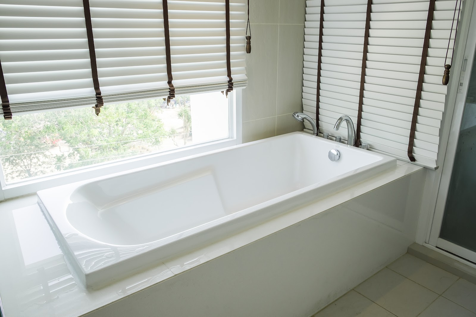 Your Guide To The Best Bathroom Blinds, Roman Bathroom Blinds