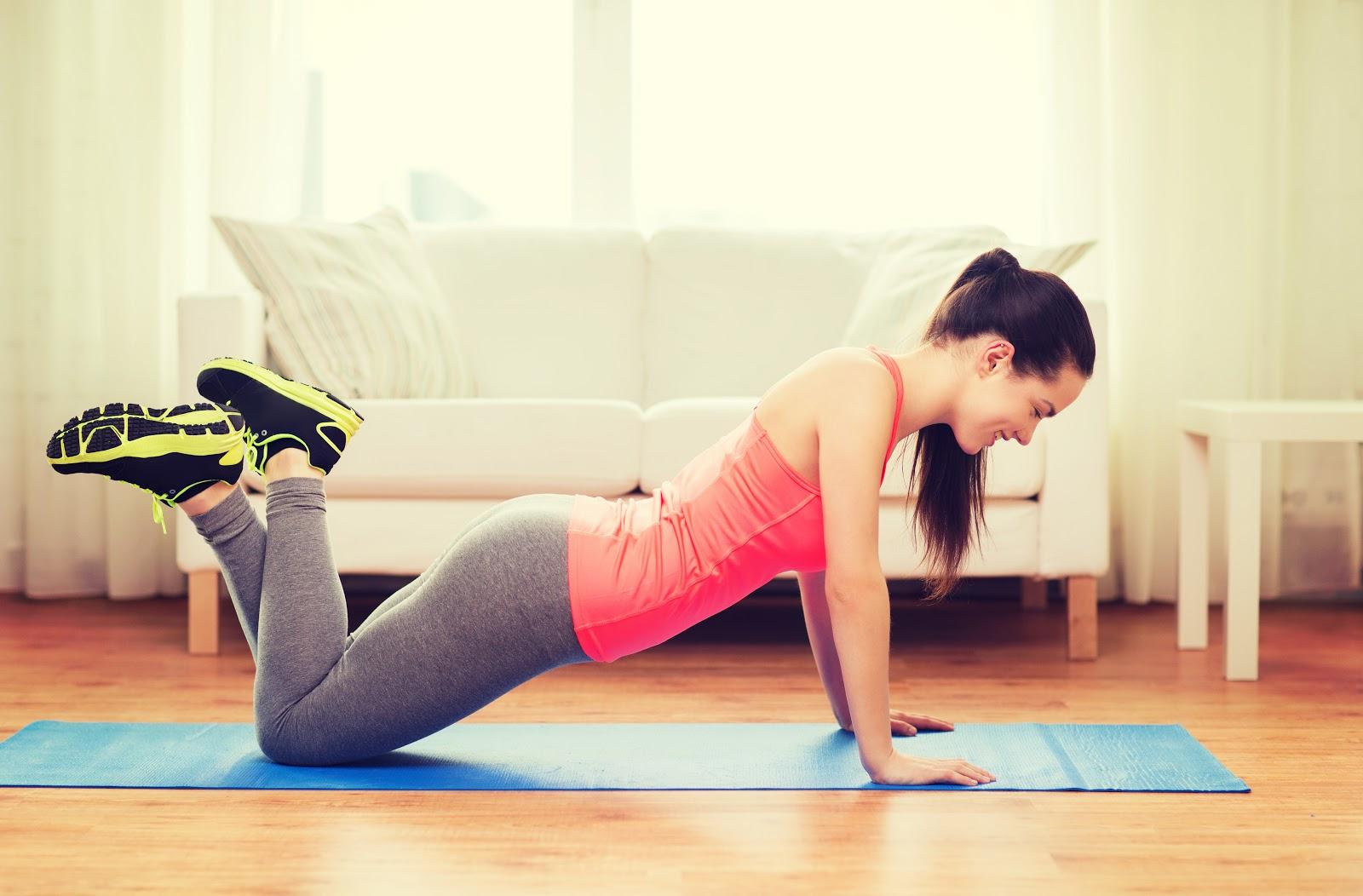 mulher se exercitando na sala
