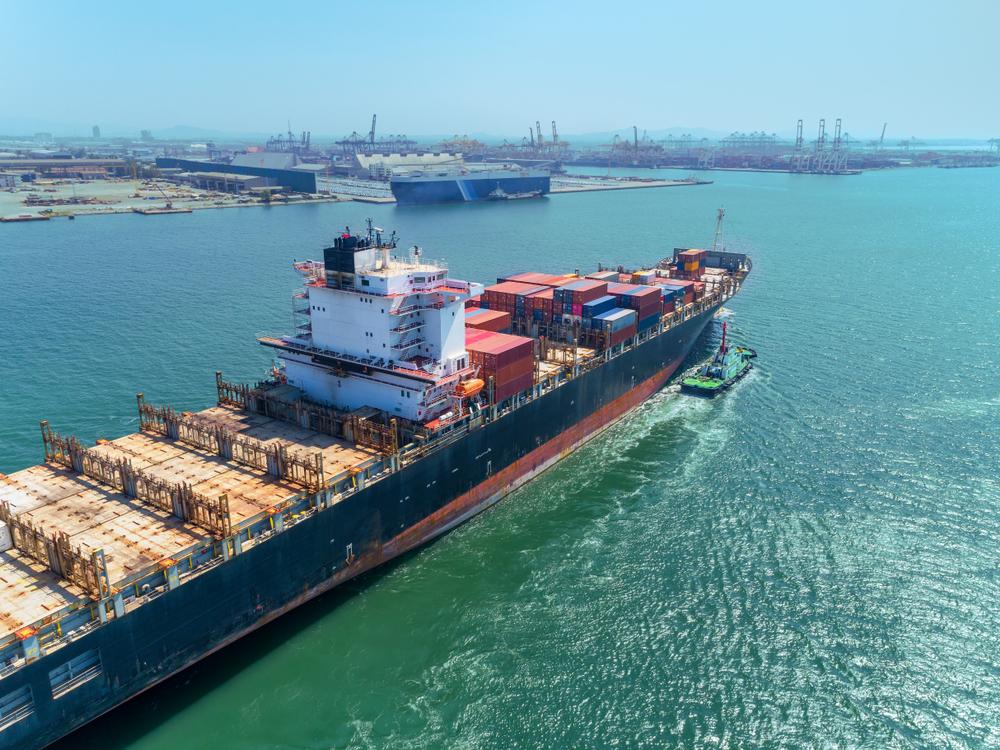 Seluruh kegiatan ekonomi maritim adalah semua aktivitas yang berpusat di laut.