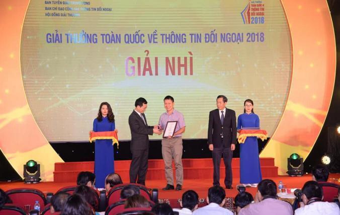 Nhà báo Đăng Trường nhận giải Nhì Giải thưởng toàn quốc về thông tin đối ngoại 2018.