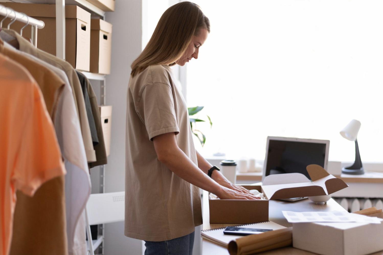 Quando falamos de embalagens no e-commerce, a caixa de papelão é uma opção barata e ecologicamente correta. (Foto: FreePik)
