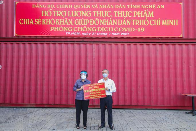 Gần 300 tấn nhu yếu phẩm ủng hộ người dân Thành phố Hồ Chí Minh đã đến Cảng Bến Nghé - Ảnh 2.
