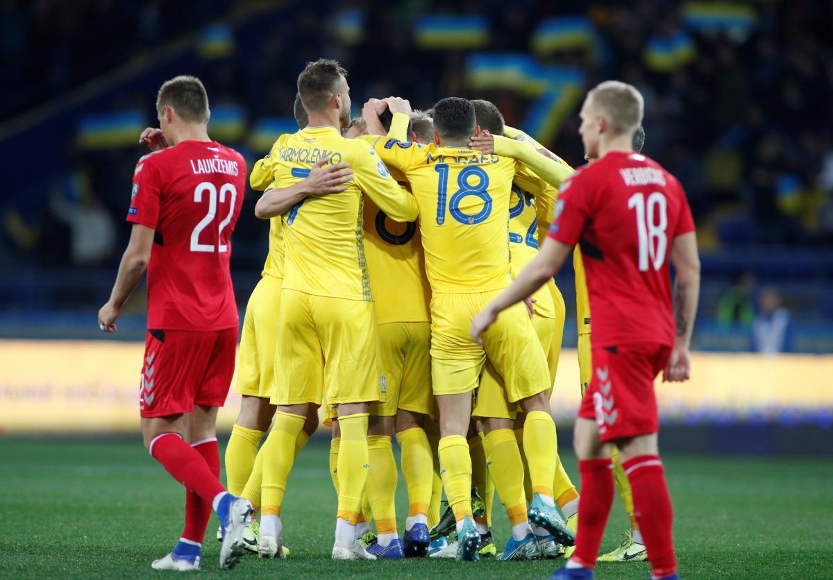 Украина празднует победу в матче против Литвы