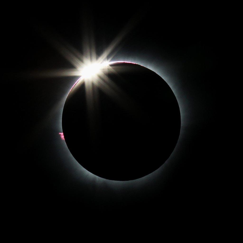 Fase gerhana matahari total di Kota Palu, Sulawesi Tengah, Rabu (9/3).