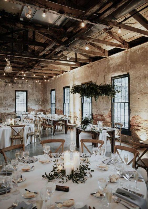 A képen beltéri, asztal, épület, mennyezet látható  Automatikusan generált leírás