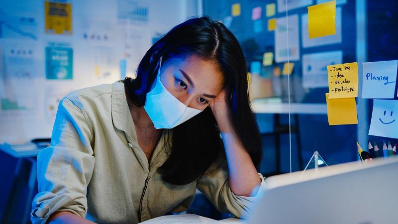 Por causa de demissões e corte de gastos, trabalhadores precisaram trabalhar mais horas na pandemia. (Fonte: Freepik/tirachardz/Reprodução)