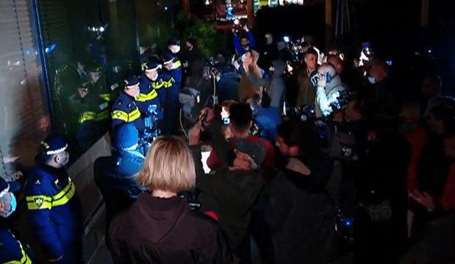 У Тбілісі відбулися протести через Познера, який приїхав святкувати день народження: готель, де він зупинився, закидали яйцями 03