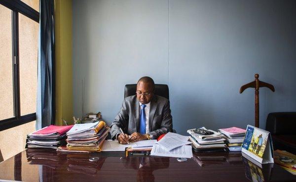 Йохан Кихару, 43 года, юрист. Один его офис расположился в богатом районе Найроби, а другой —в Малинди, на побережье Индийского океана.