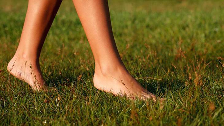 Đi chân trần trên đất bẩn làm tăng nguy cơ lây nhiễm hắc lào