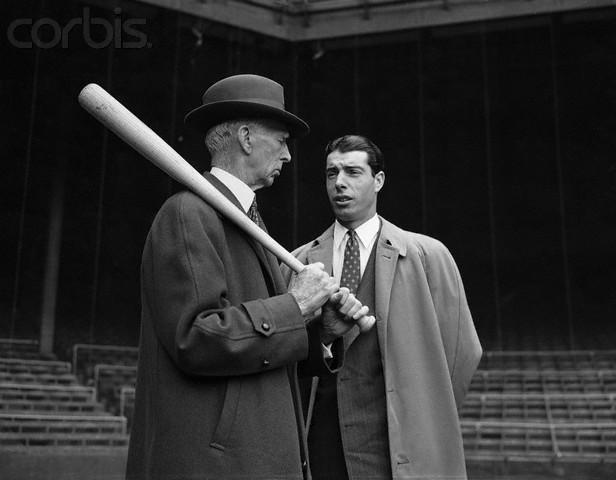 Imagen en blanco y negro de un hombre con un bate de béisbol  Descripción generada automáticamente con confianza media