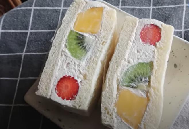 2. แซนด์วิชครีมสดผลไม้