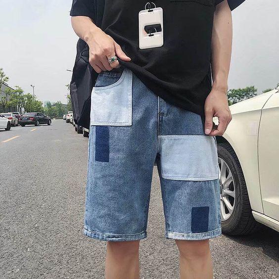 Phối áo thun đen với quần short jean xanh