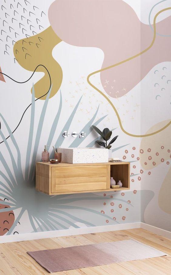 banheiro com pintura orgânica nas paredes nos tons rosa, dourado e azul