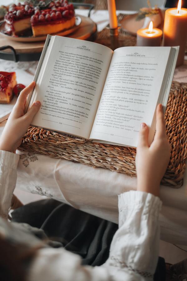 foto de uma pessoa lendo livro