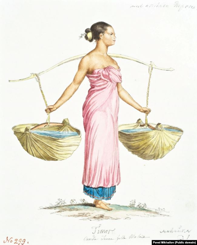 Женщина несет воду на острове Тимор.