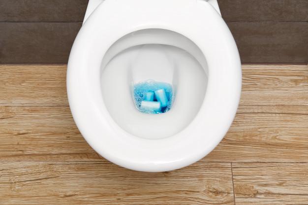 Close-up de um vaso sanitário entupido com produtos de higiene e papel higiênico. Foto Premium