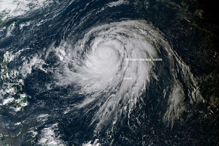 Japón se prepara para el tifón más fuerte en décadas