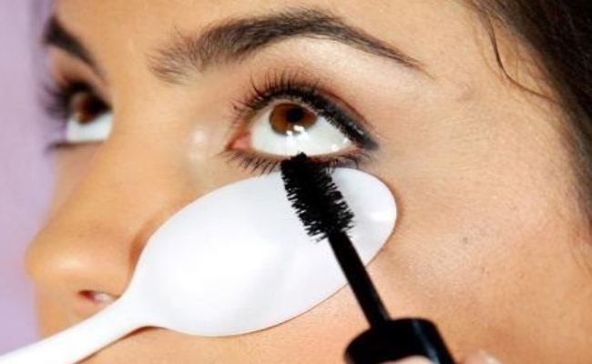 2. Apply mascara with a plastic spoon