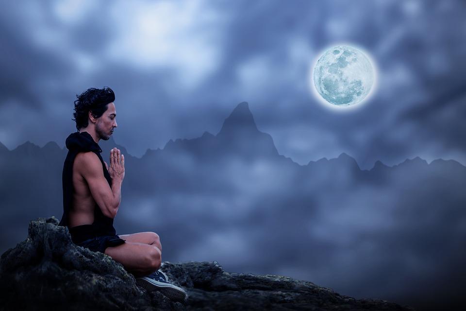 Hombre haciendo el saludo a la luna