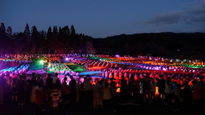 虹色のライトで彩られる「コキアカリ」846277