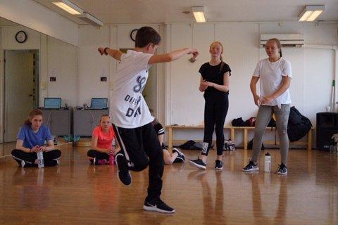 ØVER: Danseverkets medlemmer har brukt fem helger på å lære seg Streetkulturen.