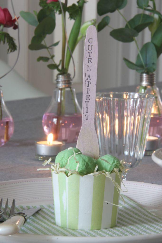 Tafeldecoratie lente - Naamkaartje met chocolade spruitjes