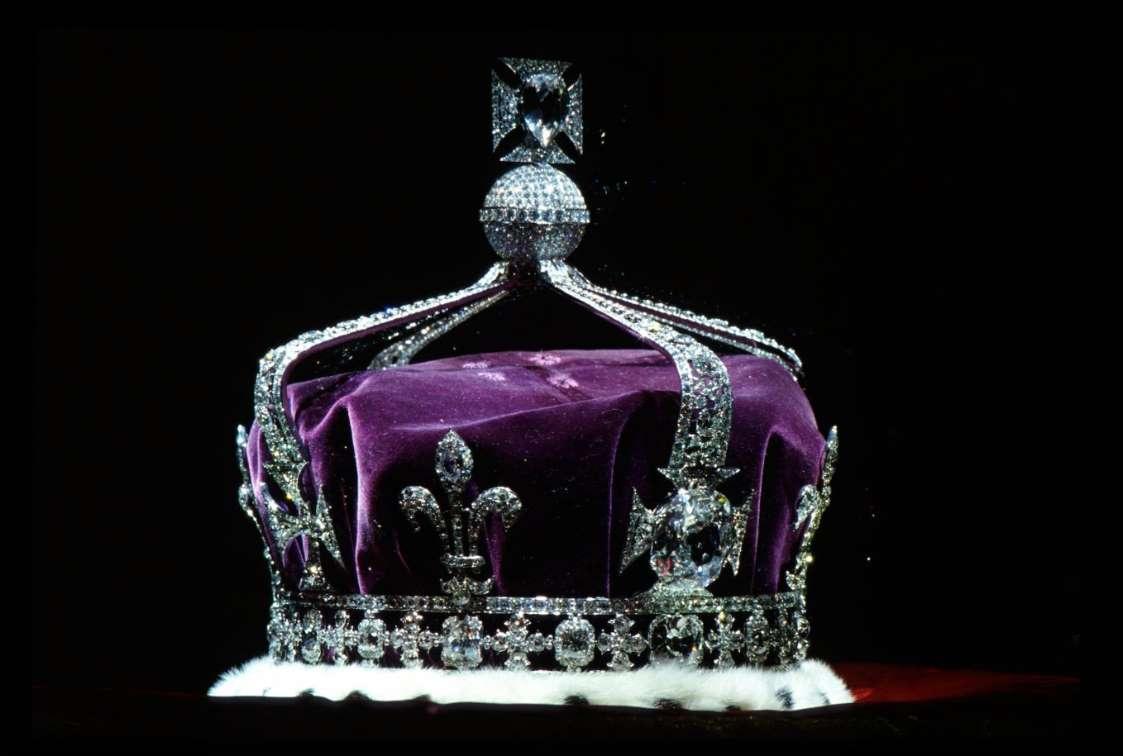 Корона королевы Елизаветы, королевы-матери (1937), сделанная из платины и содержащая знаменитый алмаз Кох-и-нур вместе с другими драгоценными камнями - Тим Грэм / Getty Images