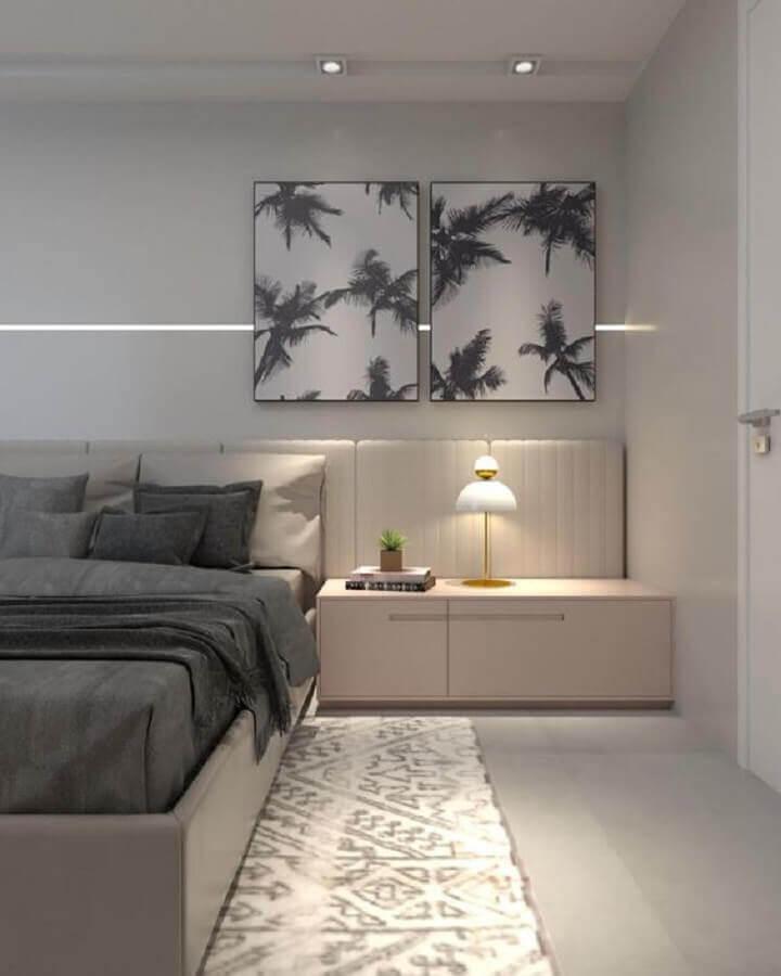 Quarto com cama e espelho na parede  Descrição gerada automaticamente