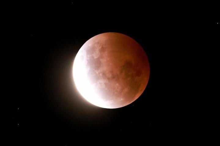 Ảnh: Ngắm 'siêu trăng máu' đỏ rực, kỳ bí trên thế giới - 4