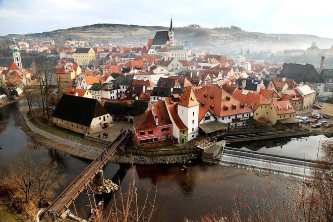 """Ngoài 3 giải nhất nhì ba, National Geographic còn trao các giải công trạng - Merit Award cho những tác phẩm như """"Thị trấn sương mù"""" ở thành phố Český Krumlov, Nam Bohemia, Czech."""